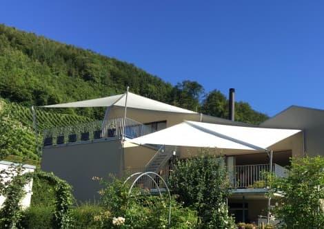 Durch unsere Erfahrung und die individuellen Anpassungsmöglichkeiten unserer aufrollbaren Sonnensegel ist es uns möglich, auch Terrassen zu beschatten.