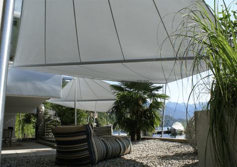 Durch unsere aufrollbaren Sonnensegel für Sitzplätze ermöglichen wir angenehmes Wohnen im Freien.